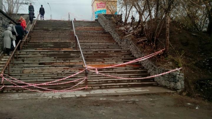 Разбитую лестницу на «Речном вокзале» перекрыли для ремонта