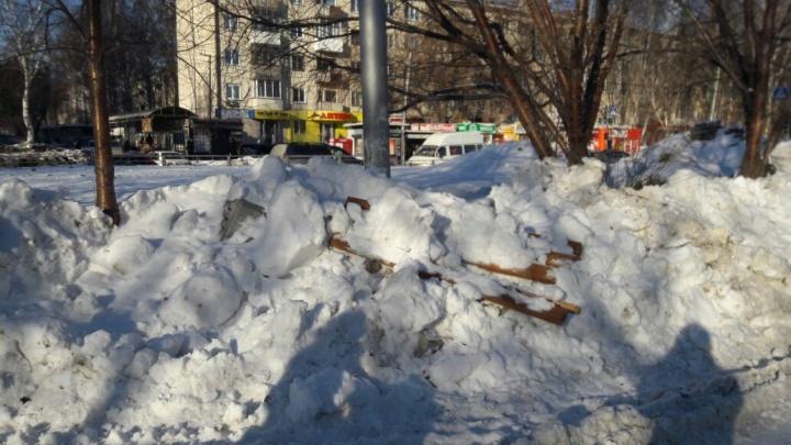 Трактор сгреб с тротуара лавочку и асфальт вместе со снегом