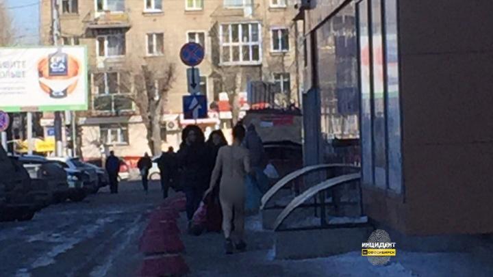 Женщина разделась догола в фитнес-клубе и вышла на улицу