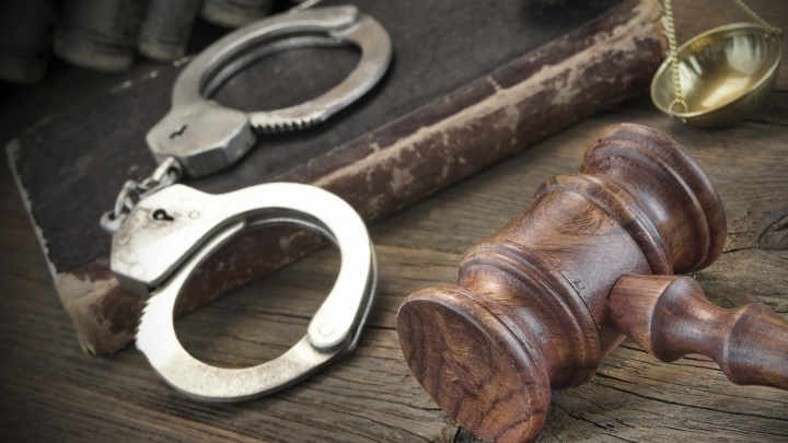 Полицейскому дали 25 тысяч за молчание о 80 ящиках паленого коньяка и водки