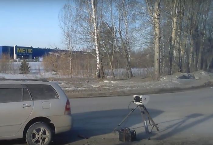 Машину с камерой на треноге заметили на Бердском шоссе неподалеку от ТЦ «Метро Кэш энд Керри»