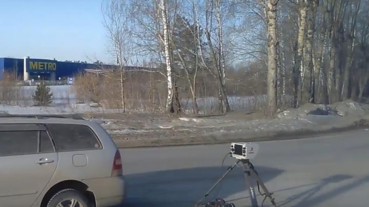 Водителей насторожила подозрительная машина с камерой на Бердском шоссе
