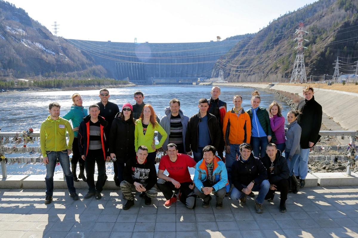 Группа участников забега на Борус из Новосибирска на Саяно-Шушенской ГЭС