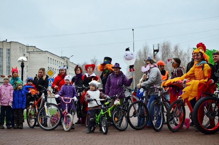 По Академгородку проехали велосипедисты в противогазах и костюмах из «Алисы в Стране чудес» (фото)