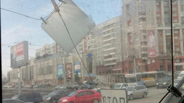 Порыв ветра сорвал провод с дорожными знаками на Восходе