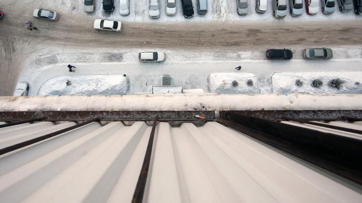 Годовалый мальчик выпал из окна многоэтажки в Калининском районе