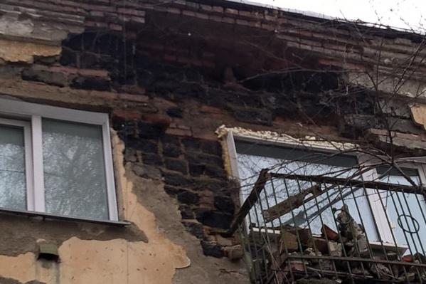 """Часть стены в доме <nobr class=""""_"""">№ 27</nobr>&nbsp;на ул. Северной рухнула на балкон квартиры&nbsp;"""