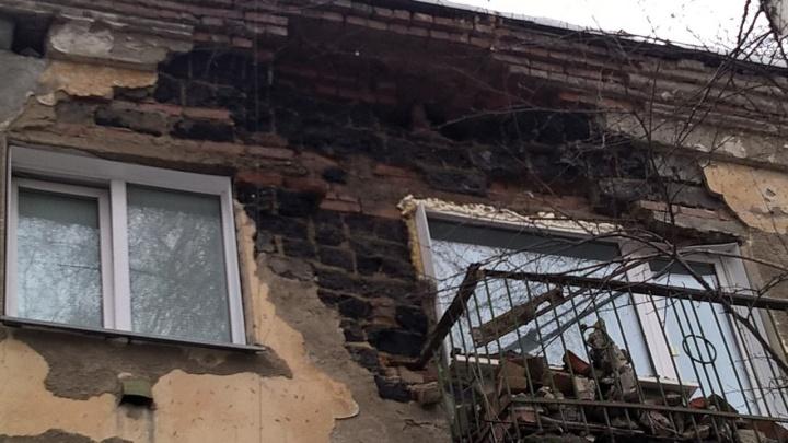 В Заельцовском районе часть стены жилого дома рухнула на балкон