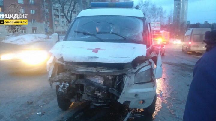 Фельдшер «скорой помощи» пострадал в ДТП с фурой на Мочищенском шоссе