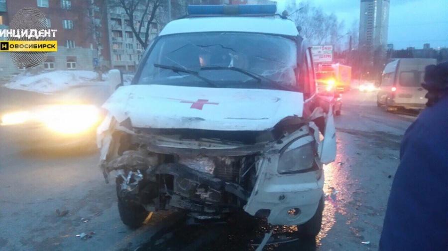 ВНовосибирске столкнулись машина «скорой помощи» и грузовой автомобиль