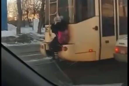 "Школьница едет на трамвае <nobr class=""_"">№ 13</nobr>"