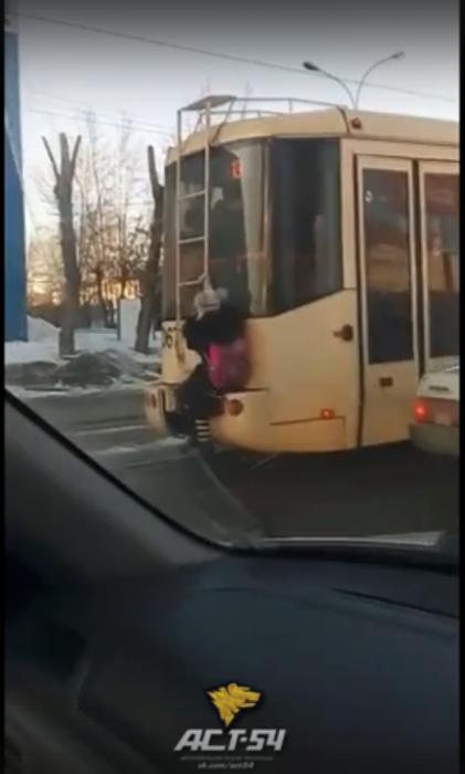Школьница едет на трамвае  № 13