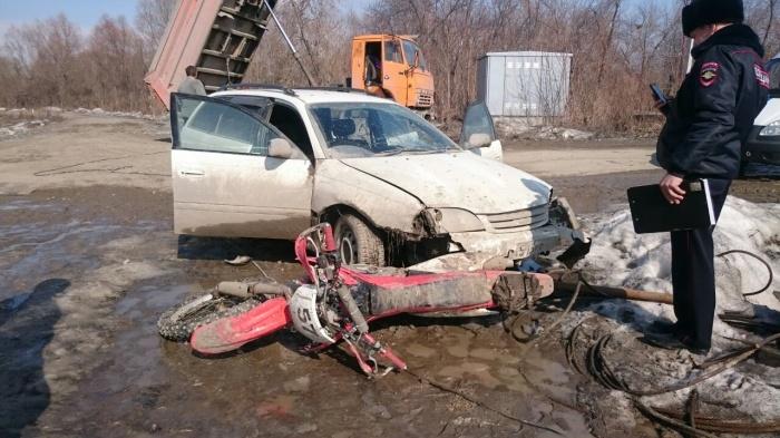 Мужчина, представившийся охранником, на «Тойоте Калдине» сбил двоих мотоциклистов, один из мотоциклов оказался зажат под машиной