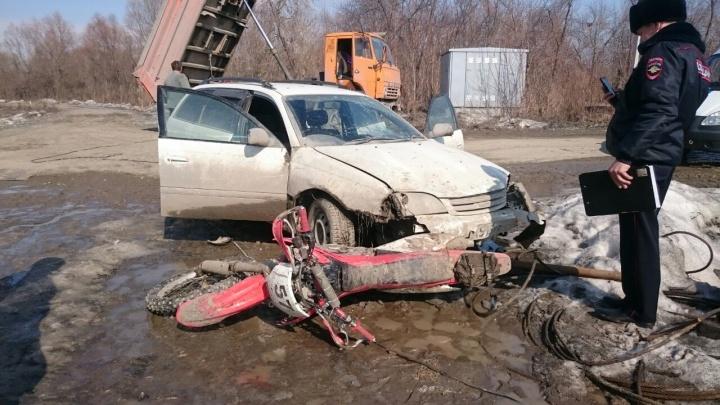 Разъяренный водитель «Тойоты» протаранил двух мотоциклистов возле Бугринского моста