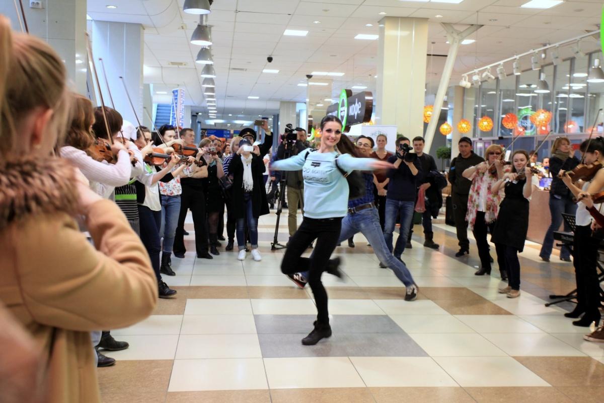 Всемирно известный скрипач бесплатно выступил ваэропорту «Толмачёво»