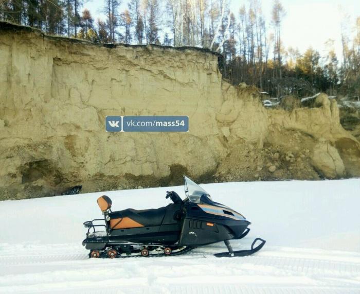 Молодая мать сорвалась на снегоходе с обрыва и разбилась насмерть