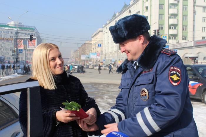 Женщины на автомобилях получили цветы и конфеты из рук автоинспекторов (фото)