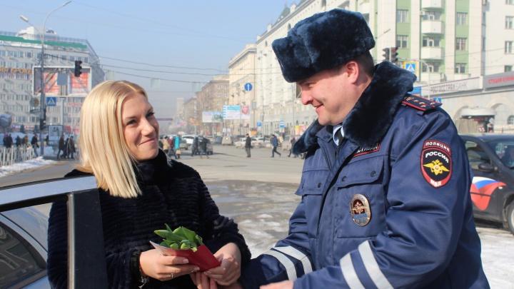 Женщины на автомобилях получили цветы и конфеты из рук автоинспекторов