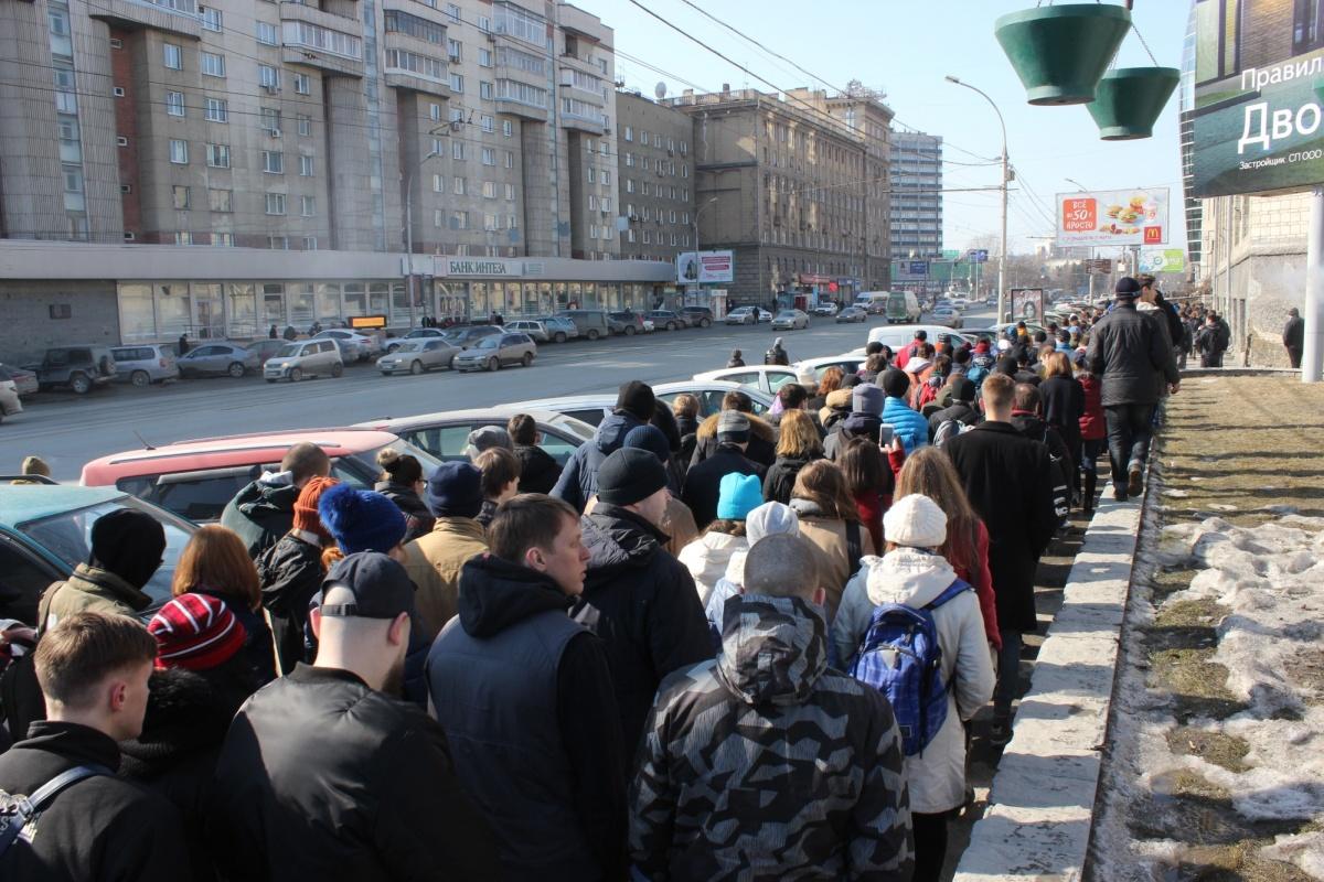 Толпа людей после митинга на Октябрьской магистрали