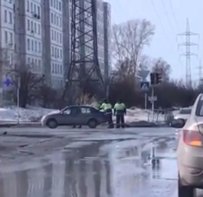 Автоинспекторы помогли девушке вытолкать с перекрестка сломавшееся авто
