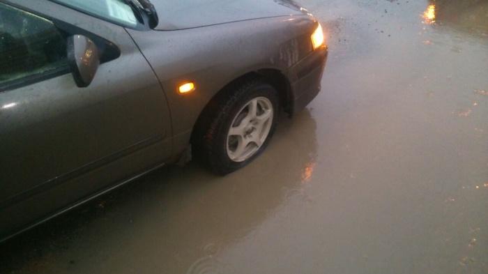 От ямы пострадали несколько машин
