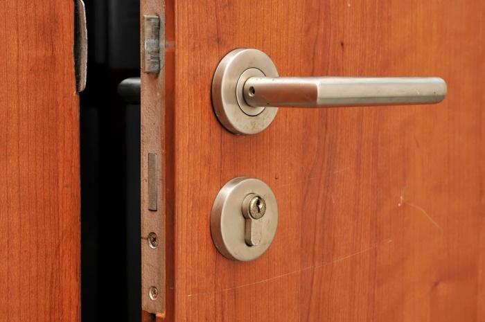 Чтобы попасть в квартиру, спасатели просверлили отверстие в двери