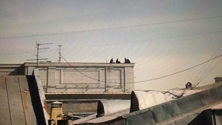 Четверо подростков забрались на крышу здания на площади Ленина