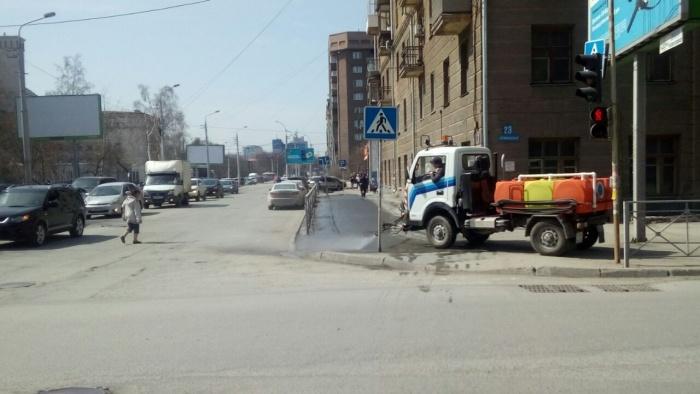 Всего в городе работает 55 поливальных машин. На фото — уборка тротуаров на углу ул. Каменской и Орджоникидзе
