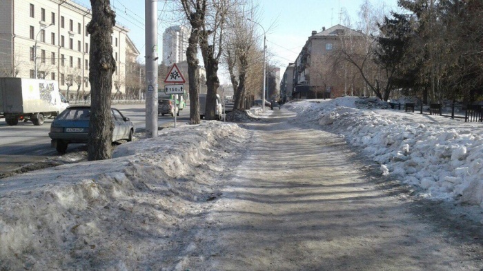 Новосибирцы паркуют свои автомобили у тротуара, чтобы донести детей до школы