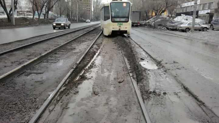 Трамвай сошел с рельсов на Расточке