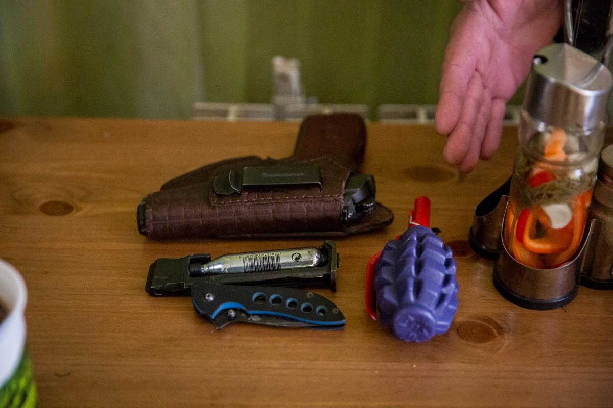 Для проверки взяли муляж боевой гранаты и пневматический пистолет
