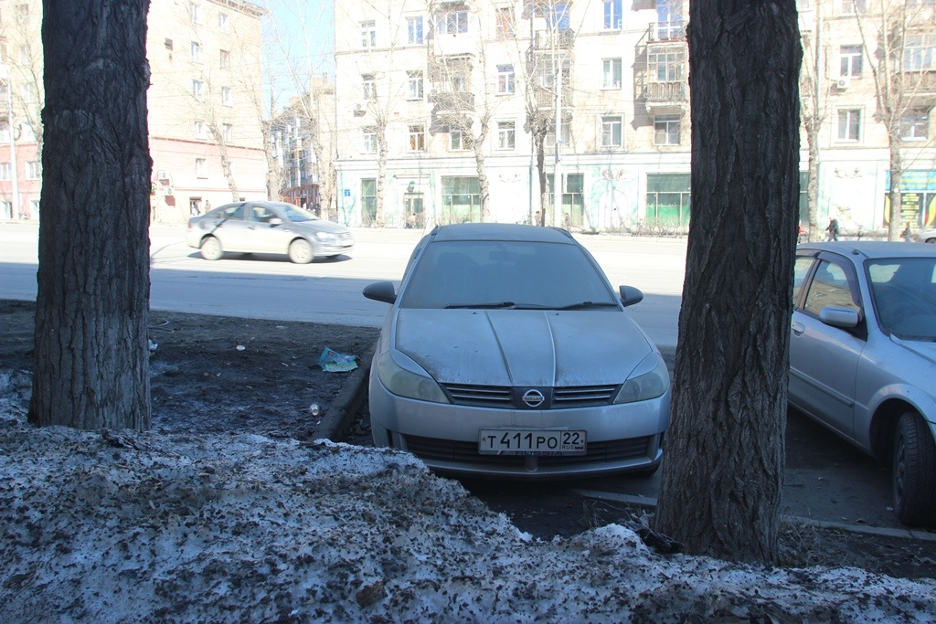 "Nissan Wingroad на ул. Сибиряков-Гвардейцев у дома <nobr class=""_"">№ 26</nobr><br>"