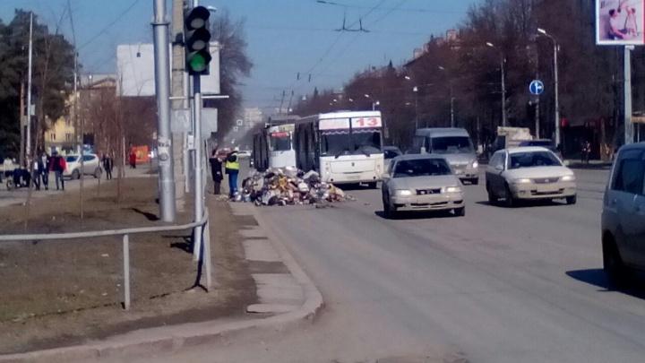 Посреди крупной магистрали вывалили гору мусора шириной в целую полосу (обновлено)