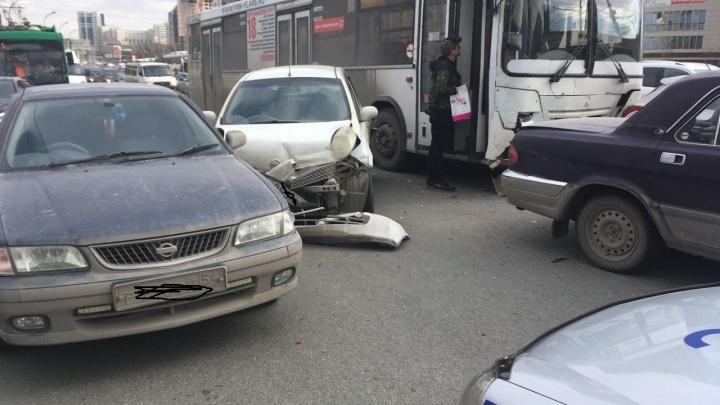 Автобус с отказавшими тормозами собрал 6 авто в центре Новосибирска