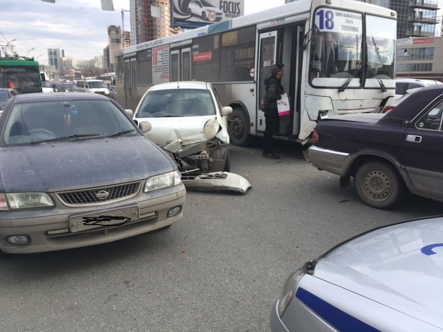 ВНовосибирске повине водителя автобуса случилось массовое ДТП