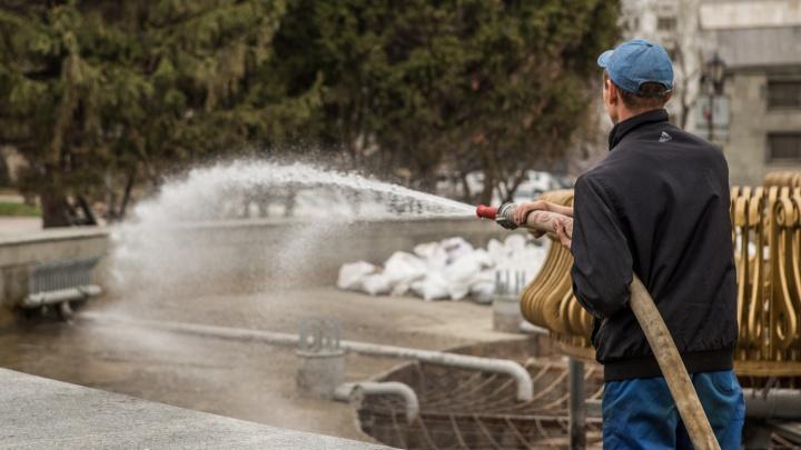 Рабочие нашли в огромном фонтане телефоны и деньги