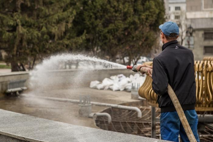 Сотрудники «Горфонтана» отмывают фонтан у театра «Глобус»