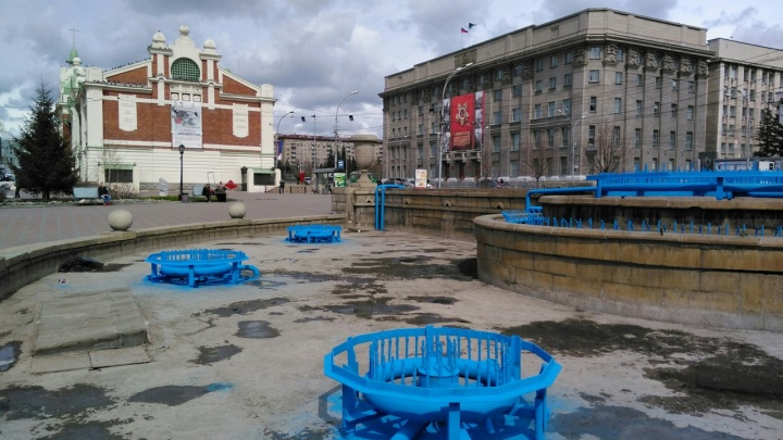 Фонтан в Первомайском сквере выкрасили в необычно яркий цвет