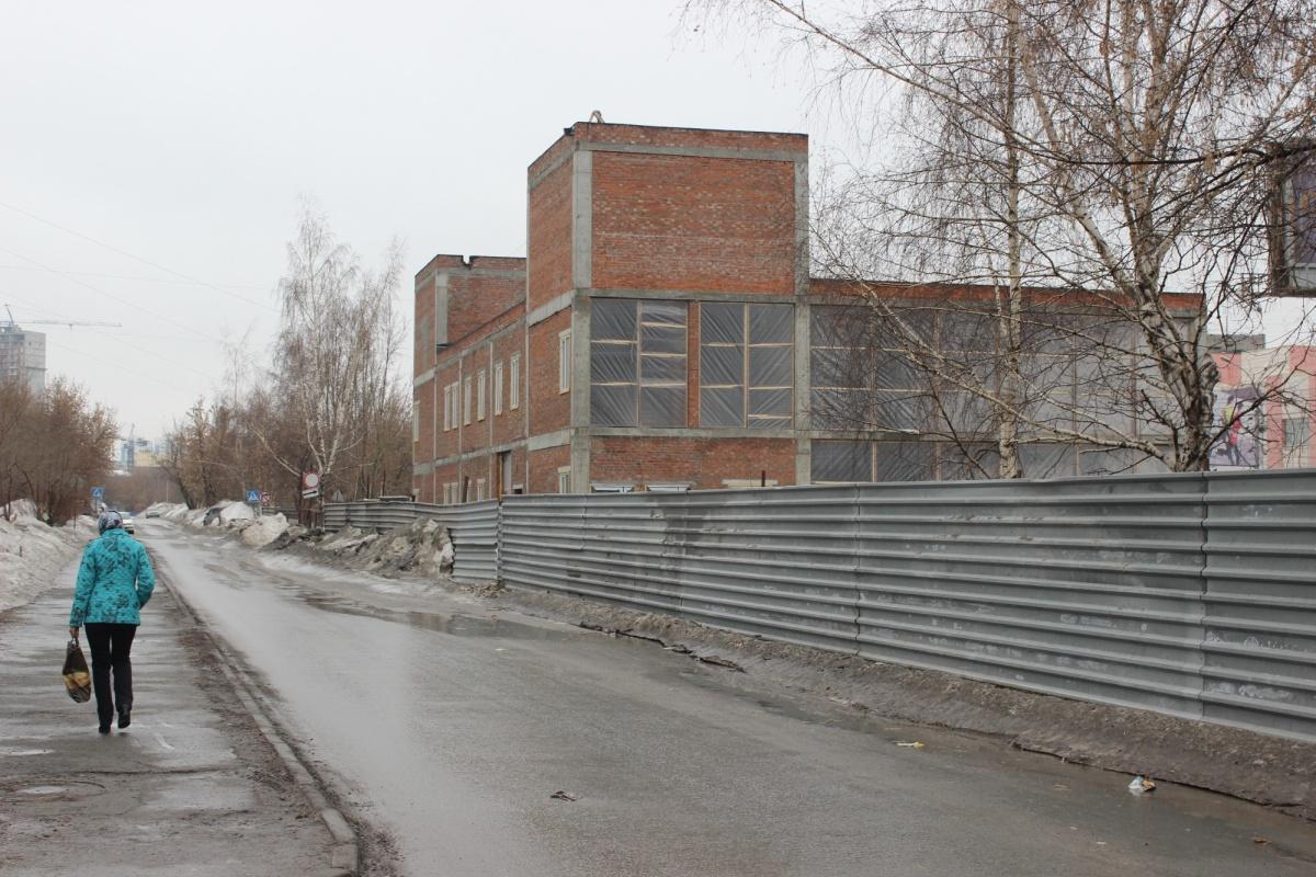 Уже существующее, но несданное здание по соседству — проект другого застройщика. Фото Стаса Соколова