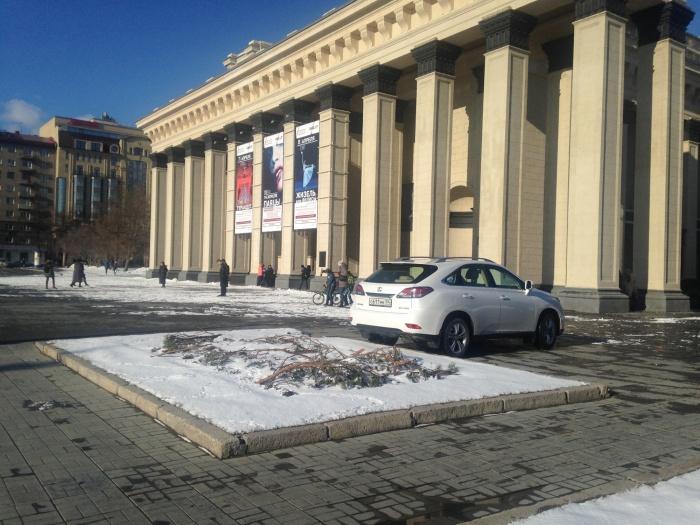 Белый «Лексус» припарковался прямо перед входом в оперный театр (фото)