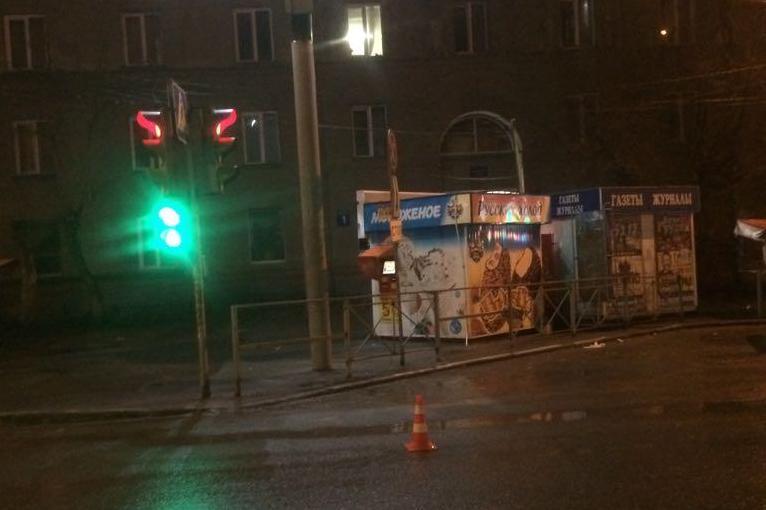 Проскочивший накрасный свет седан сбил 2-х  пешеходов иуехал
