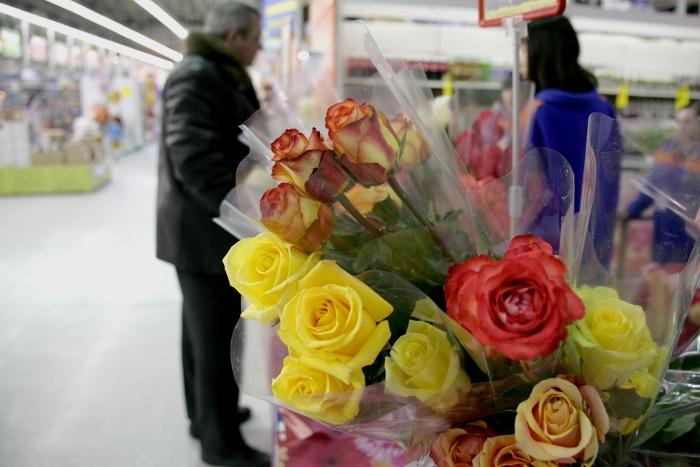 Сибирские мужчины тратят на подарки почти на треть больше женщин