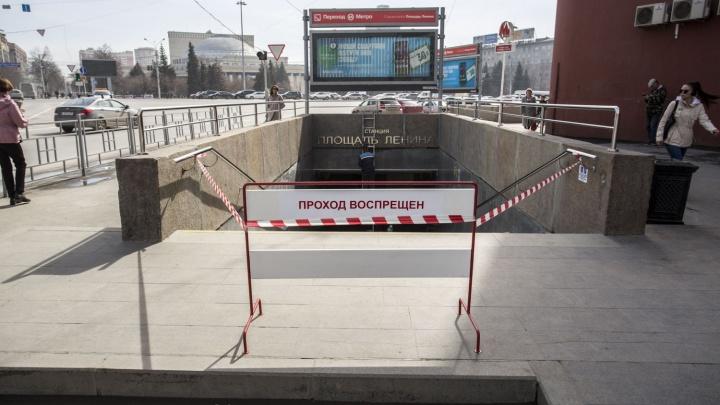 Рабочие перегородили вход на станцию метро «Площадь Ленина»