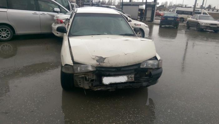 Mitsubishi Libero врезался в стену ТЦ, а потом в Toyota Corolla