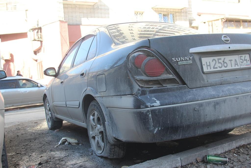 """Nissan Sunny во дворе дома <nobr class=""""_"""">№ 1</nobr> на ул. Титова"""
