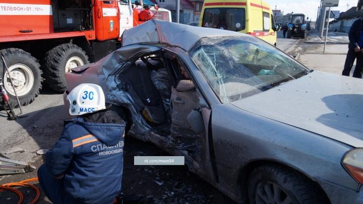 «Тойоту» покорежило после лобового столкновения с микроавтобусом