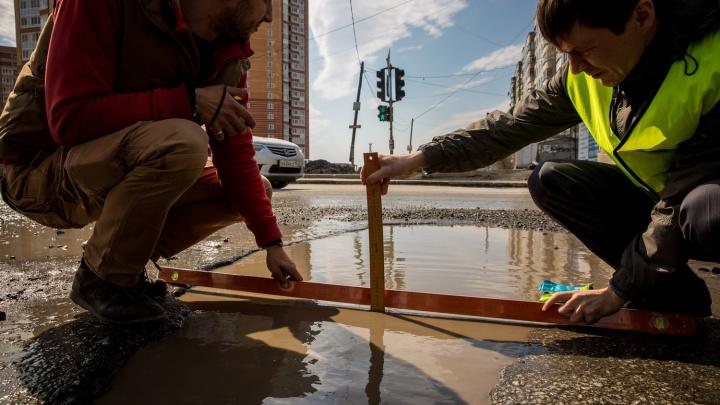 Общественники начали мерить ширину ям на дорогах Новосибирска