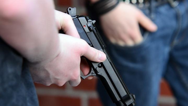 В коттеджном поселке под Новосибирском в перестрелке пострадали трое мужчин