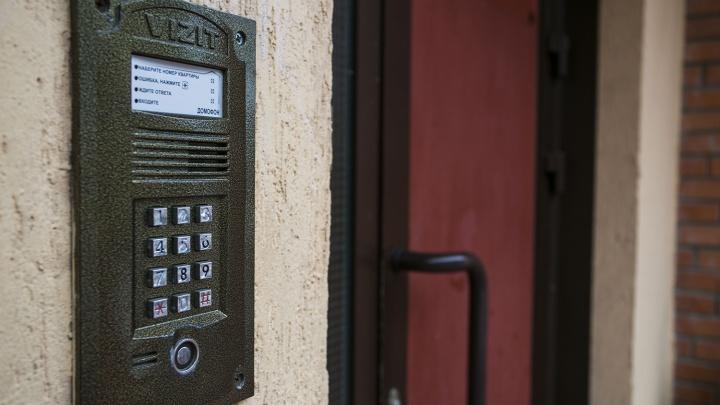 В нескольких многоэтажках за ночь вандалы разломали домофоны