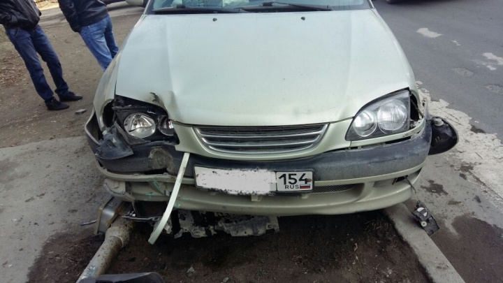 Иномарка вылетела на тротуар и снесла светофор на Жуковского